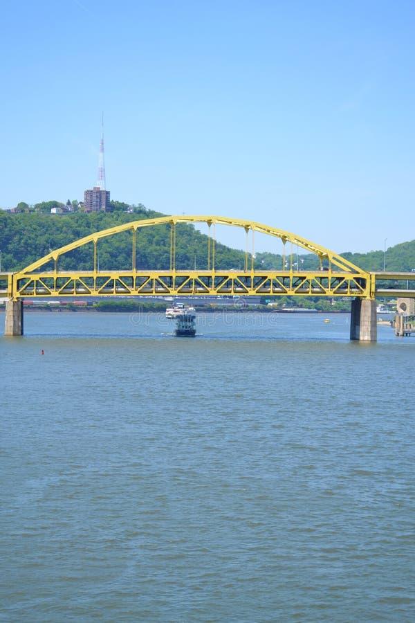 Transbordador en el río de Ohio en Pittsburgh, PA fotografía de archivo