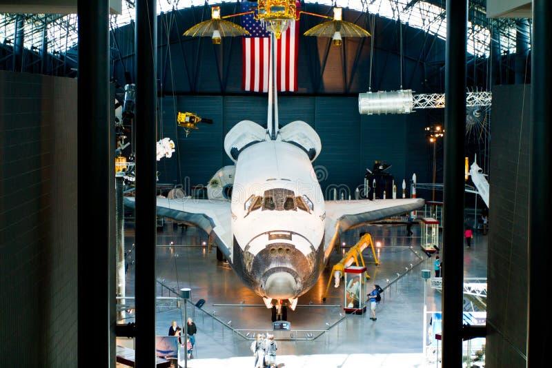 Transbordador espacial del descubrimiento en el aire y el museo espacial nacionales imágenes de archivo libres de regalías