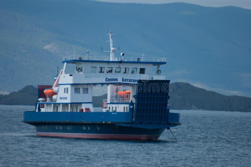 Transbordador a la isla de Olhon imagen de archivo