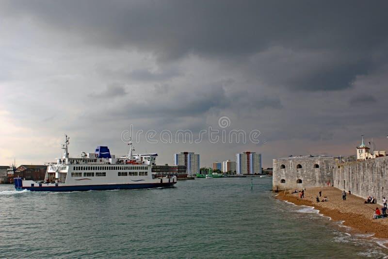 Transbordador que entra en el puerto de Portsmouth foto de archivo libre de regalías