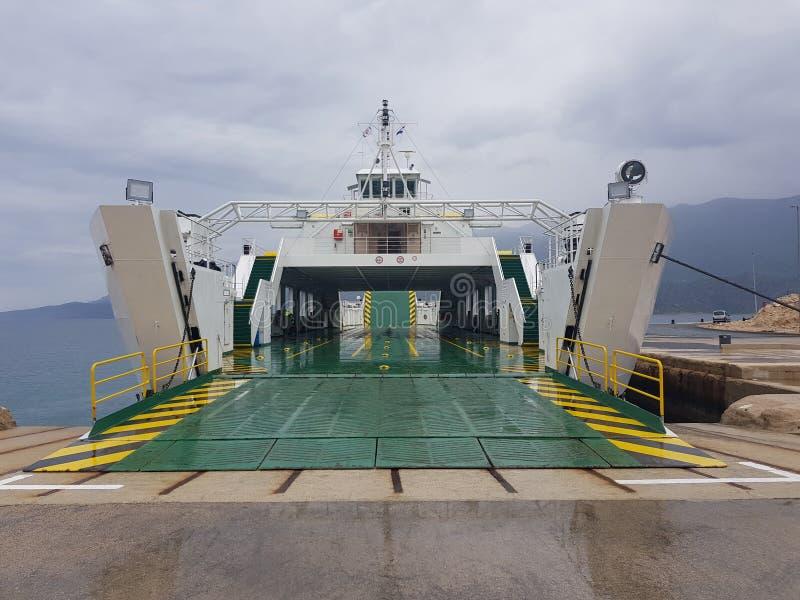 Transbordador vacío del coche atracado en vehículos que esperan del puerto para fotografía de archivo libre de regalías