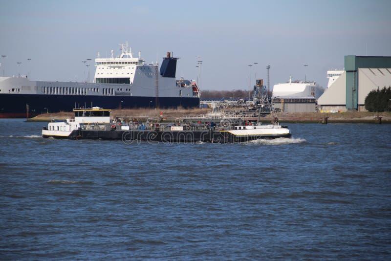 Transbordador y naves interiores en el agua del puerto de Rotterdam foto de archivo libre de regalías