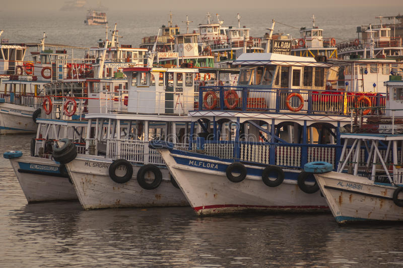 Transbordadores coloridos cerca de la entrada a la India fotos de archivo libres de regalías