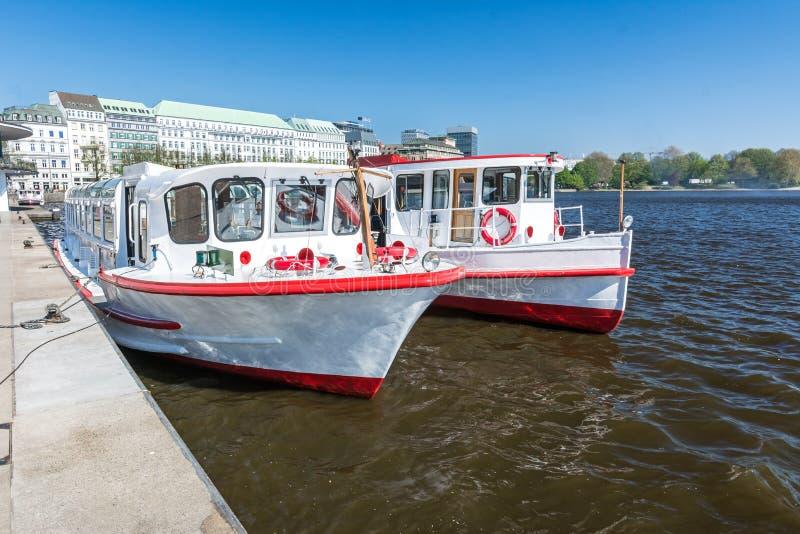 Transbordadores de Alster en el Binnenalster en Hamburgo en verano foto de archivo libre de regalías