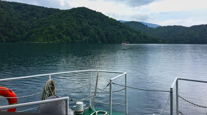 Transbordadores eléctricos en los lagos Plitvice, Croacia imagenes de archivo