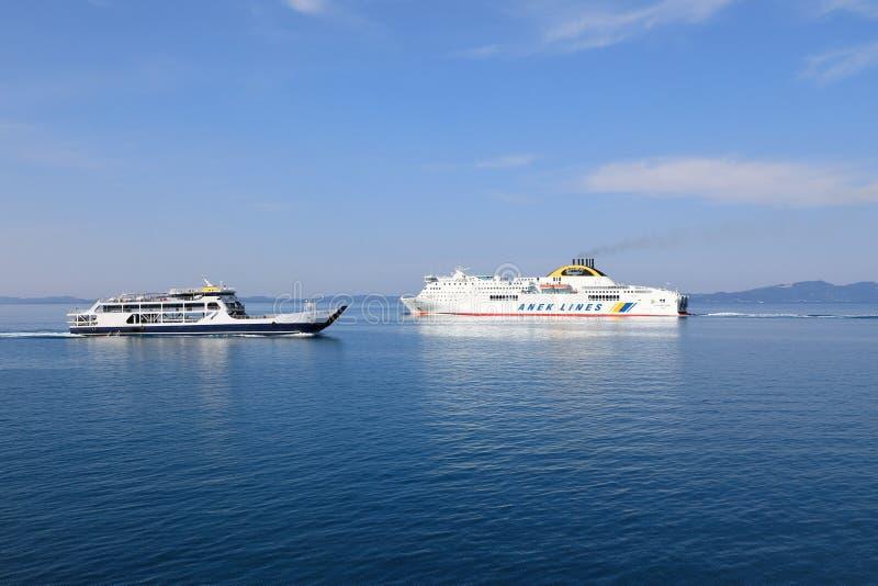 Transbordadores en el mar abierto cerca de la isla de Cofru, mar jónico, Grecia, Europa fotos de archivo