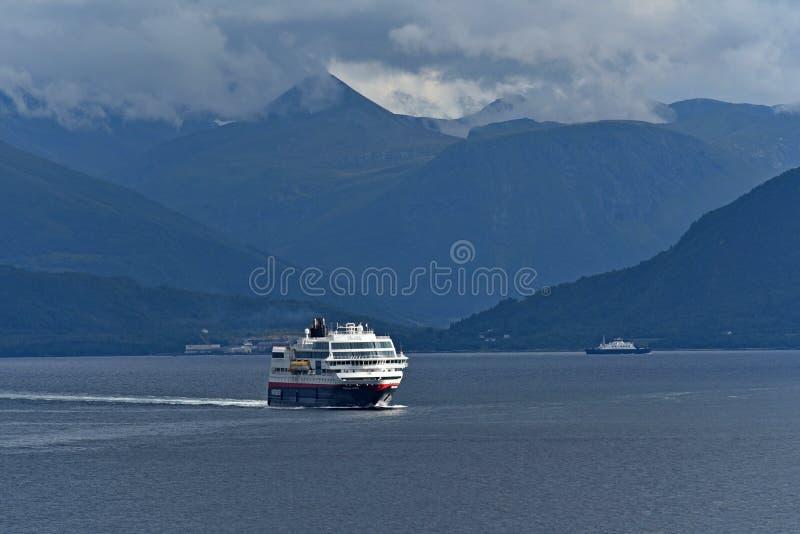Transbordadores noruegos en Alesund Noruega fotografía de archivo
