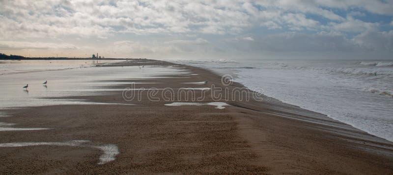 Transbordamento maré da onda de Oceano Pacífico no estuário de Santa Clara River em Ventura California EUA foto de stock royalty free