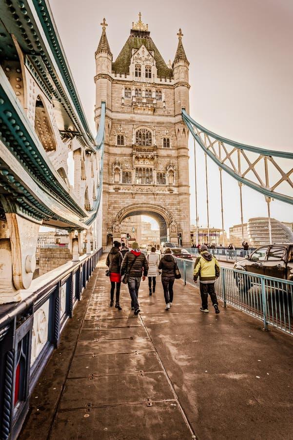 Transeuntes na ponte Londres da torre foto de stock