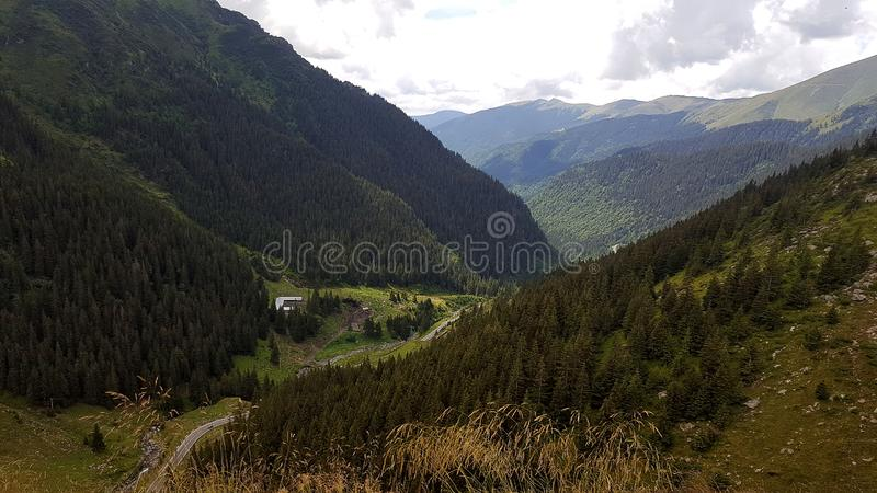 Transfagarasan在罗马尼亚语喀尔巴汗,罗马尼亚的山路 库存照片