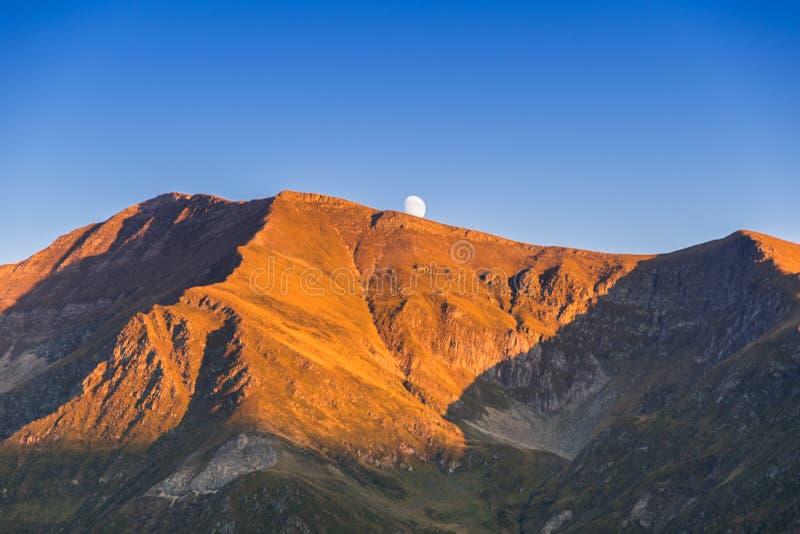 Transfagarasan-Berg-roud Ansicht mit dem Mond stockfoto