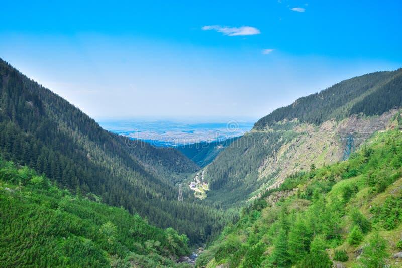 Transfagarasan bergväg, rumänska Carpathians arkivfoto