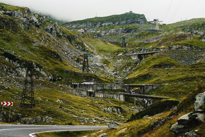 Transfagarasan huvudväg i Rumänien Carpathians arkivbild
