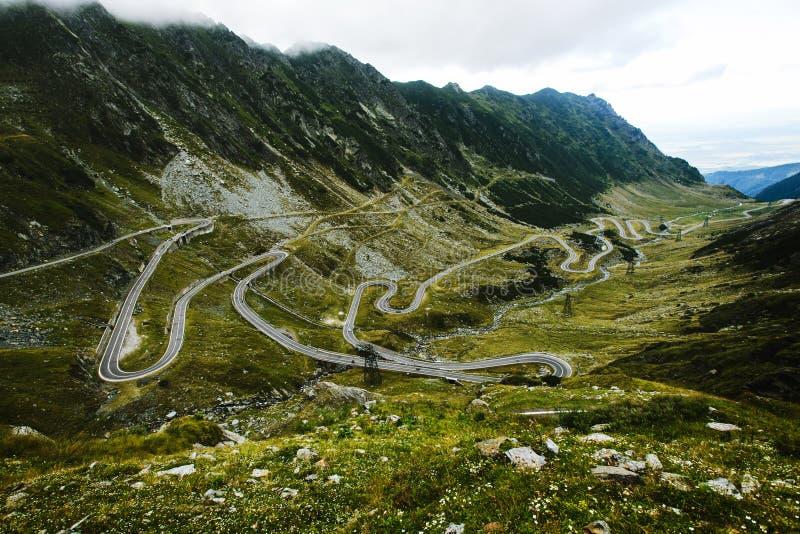 Transfagarasan huvudväg i Rumänien Carpathians royaltyfri fotografi