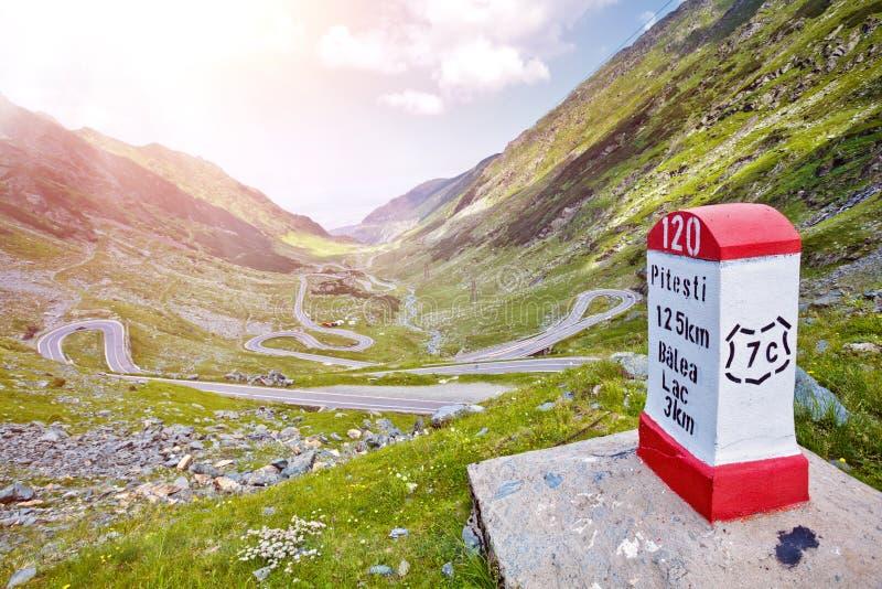 Transfagarasan passerande i sommar Korsa Carpathian berg i Rumänien, är Transfagarasan en av de mest spektakulär arkivfoton