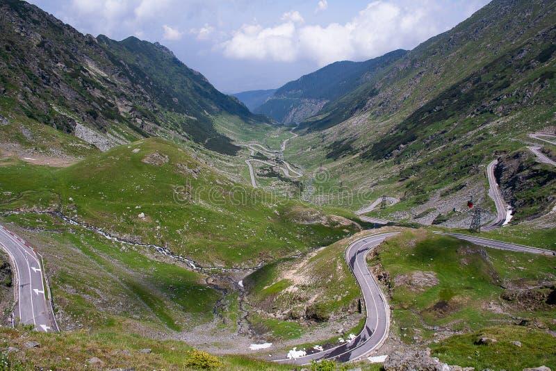 Transfagarasan passerande i sommar Korsa Carpathian berg i Rumänien, är Transfagarasan en av den mest spektakulära bergroen royaltyfria bilder