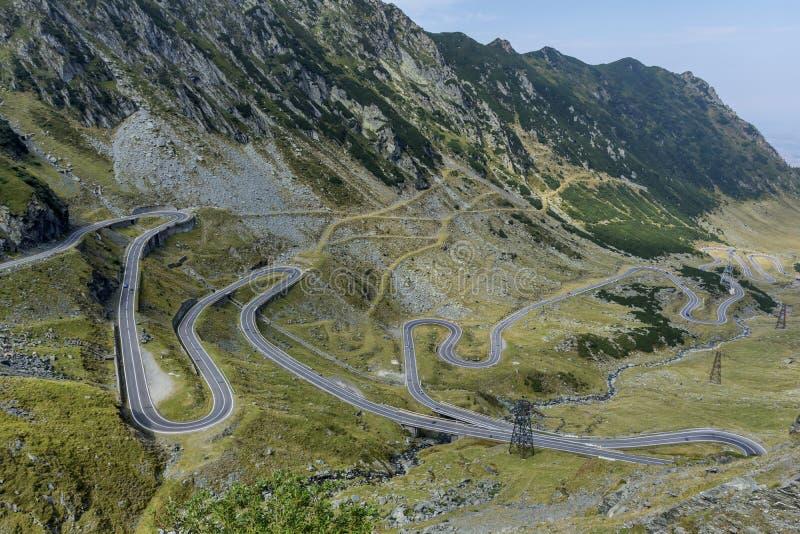 Transfagarasan - slingrig väg för hög höjd i Carpathians bergpanorama flyg- sikt arkivbild