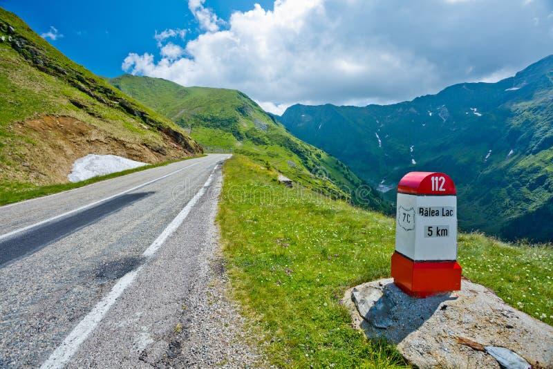 Transfagarasanpas in de zomer Kruisend Karpatische bergen in Roemenië, is Transfagarasan één van het meest spectaculair stock afbeeldingen
