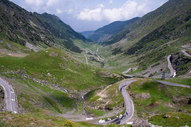 Transfagarasanpas in de zomer Kruisend Karpatische bergen in Roemenië, is Transfagarasan één van de meest spectaculaire berg ro royalty-vrije stock afbeeldingen