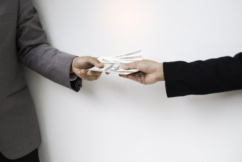 Transferência do dinheiro Mão fêmea e masculina com um pacote de proibição imagem de stock