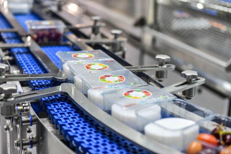 Transferencia de las cajas de los productos alimenticios en industrial automatizada fotos de archivo