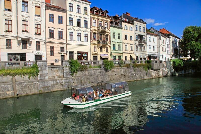 TRANSFERRINA, SLOVENIA - CIRCA LUGLIO 2014: Vecchio argine della città in Lj immagine stock libera da diritti