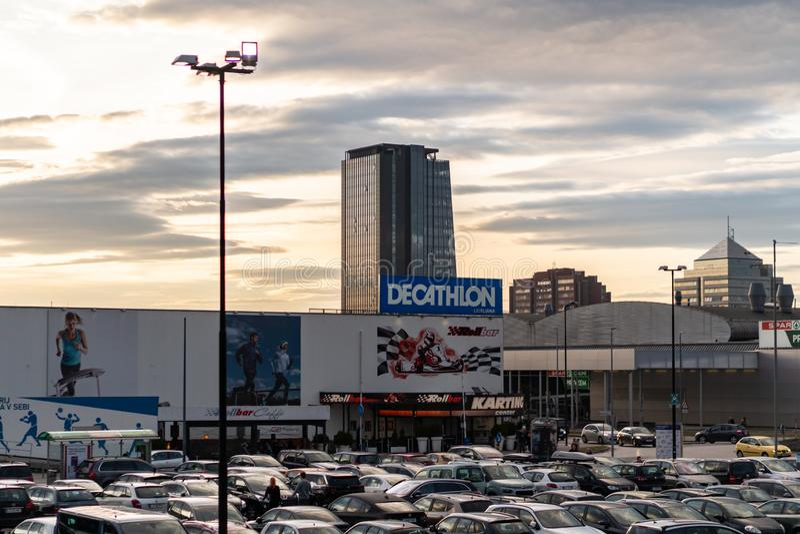 Transferrina, Slovenia - 26 2 2019: Foto del deposito della parte anteriore di DECATLON, vista della parte anteriore del negozio  immagine stock libera da diritti