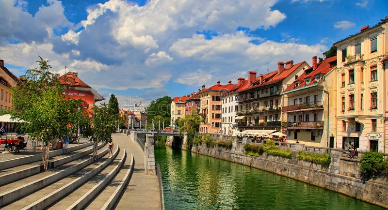 TRANSFERRINA, SLOVENIA - 28 GIUGNO 2014: Vecchio argine della città in Lju immagine stock