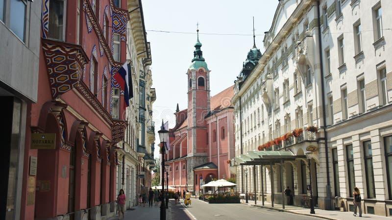 Transferrina, Slovenia - 07/17/2015 - vista della chiesa francescana e di vecchia via della città, giorno soleggiato fotografie stock libere da diritti