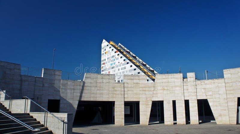 Transferrina, Slovenia - 07/17/2015 - vista della costruzione di appartamento moderna, casa triangolare variopinta, giorno solegg fotografie stock