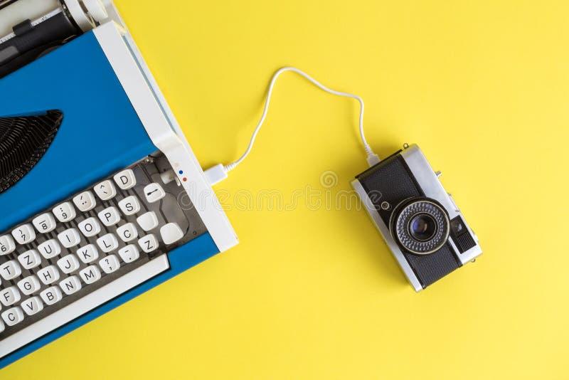 Transfert des données entre la machine à écrire et le rétro abrégé sur caméra de photo photo libre de droits