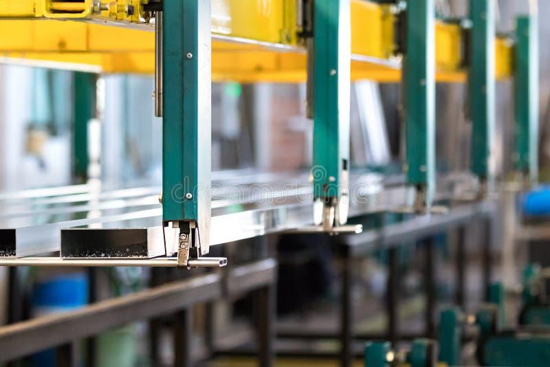 Transfert en aluminium en lots de profil à durcir le processus dans une usine de profil photographie stock libre de droits