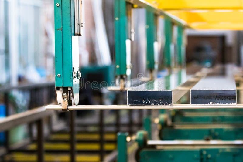 Transfert en lots de profil à durcir le processus dans une usine en aluminium de profil photos stock