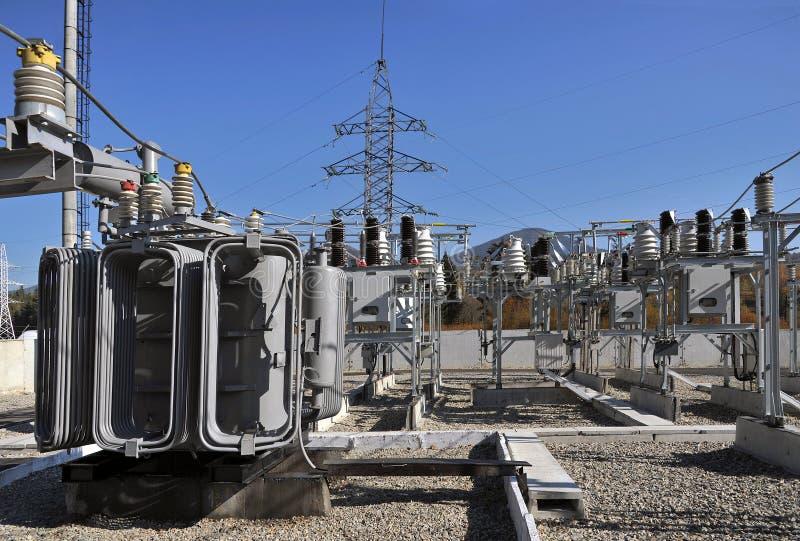 Transformador de poder óleo-enchido de alta tensão no substati elétrico fotos de stock royalty free