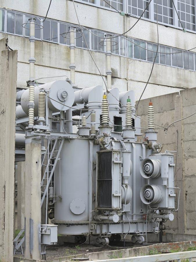 Transformador de poder de alto voltaje industrial enorme de la subestación en los carriles fotos de archivo