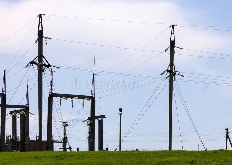 Transformador de poder en switchyard de alto voltaje en electrica moderno imagen de archivo
