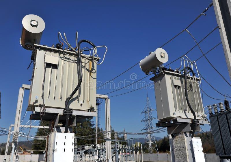 Transformador de poder no central elétrica imagem de stock