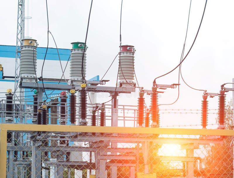 Transformador de poder no switchyard de alta tensão na subestação, na central elétrica e no por do sol bondes modernos fotografia de stock