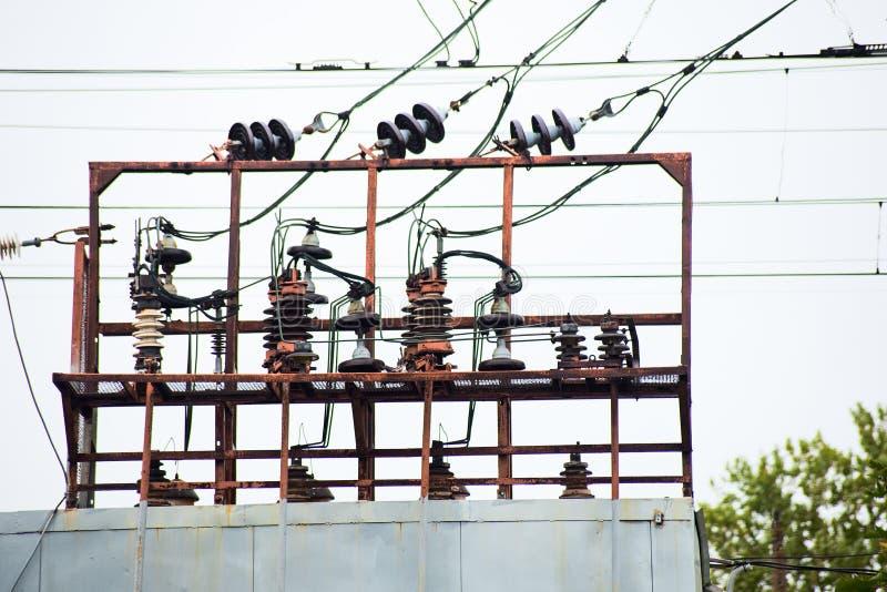 Transformador eléctrico en la pista ferroviaria imagen de archivo