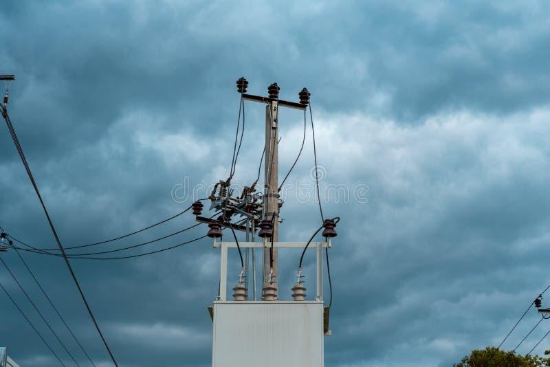 Transformador elétrico no fundo de um céu nebuloso Poder e tempestade fotografia de stock royalty free