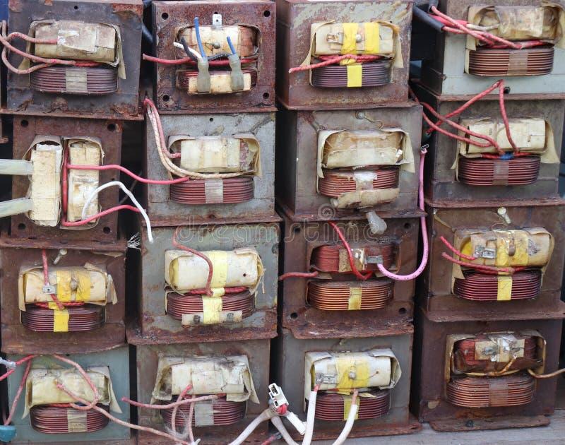 16 transformadores aherrumbrados viejos de la microonda imágenes de archivo libres de regalías