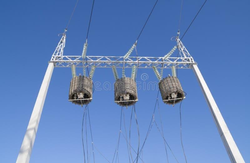 Transformadores de la alta energía contra el cielo imagenes de archivo