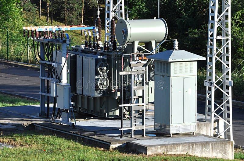 Transformadores del voltaje en subestaciones de la distribución fotografía de archivo libre de regalías