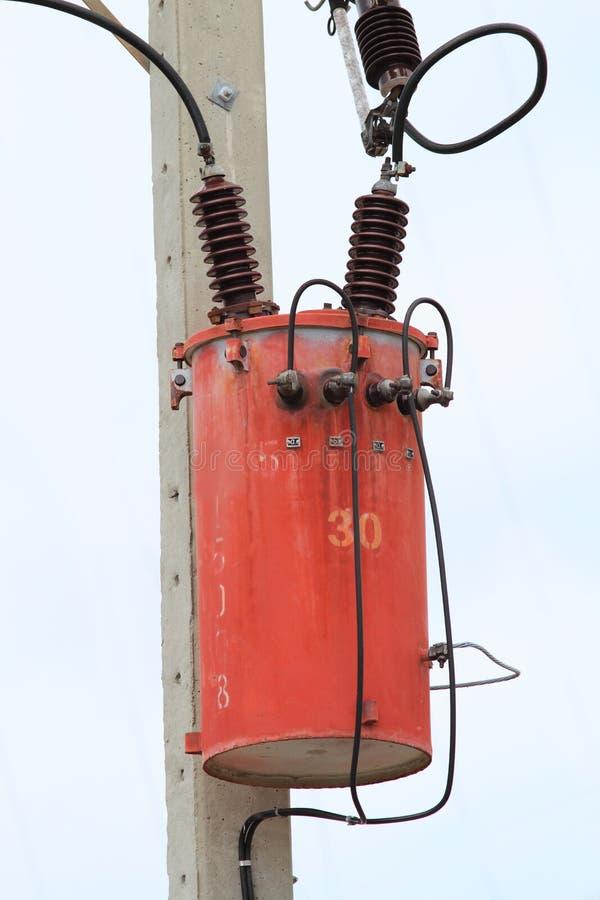 Transformateur et lignes électriques photo libre de droits