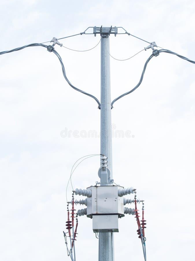 Transformateur moderne de distribution sur un poteau électrique à haute tension photos stock