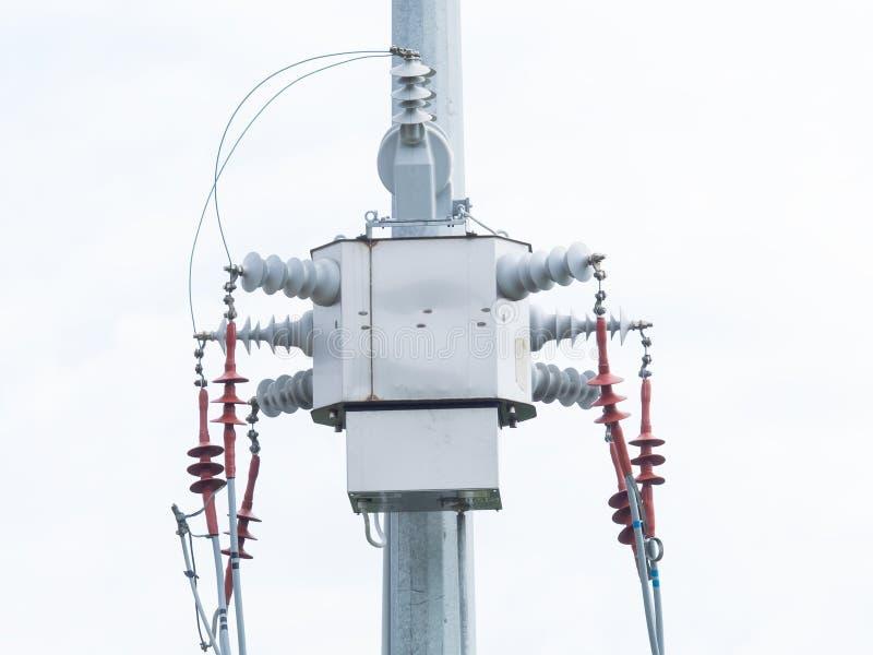 Transformateur moderne de distribution sur un poteau électrique à haute tension photographie stock libre de droits