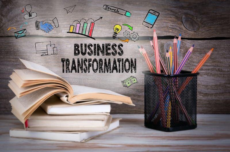 Transformation d'affaires Pile de livres et de crayons sur la table en bois photos libres de droits