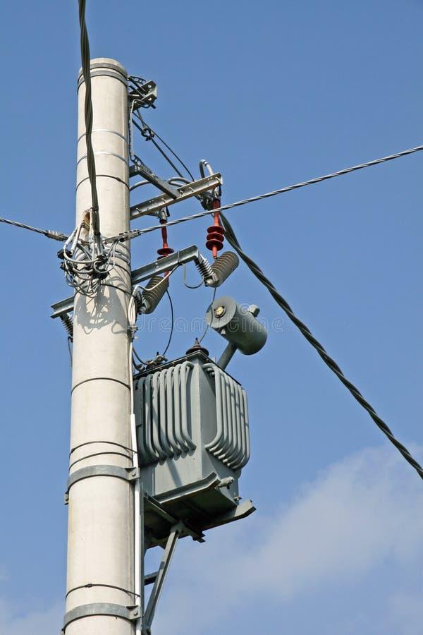 Transformator hing an einem Pol ein lizenzfreies stockfoto