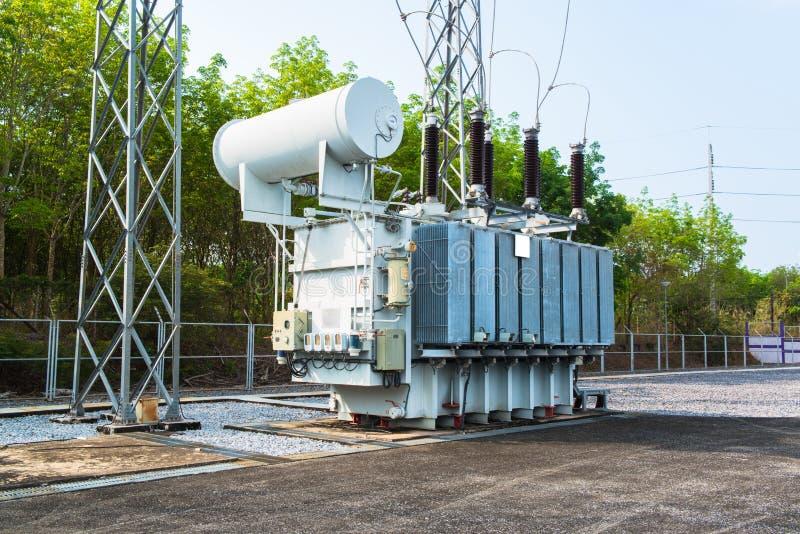 Transformator stacja i wysokiego woltażu elektryczny słup fotografia royalty free