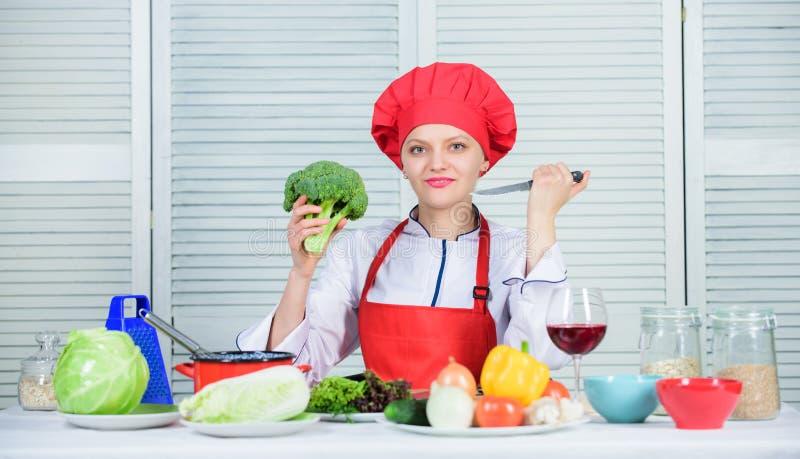 Transformez le brocoli en ingrédient préféré Valeur de nutrition de brocoli régime alimentaire cru Prise professionnelle de chef  photos stock